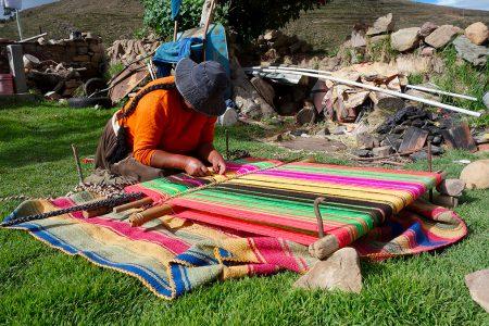 tisserande sur les berges du lac Titicaca