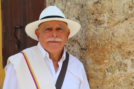 homme colombien en habit traditionnel