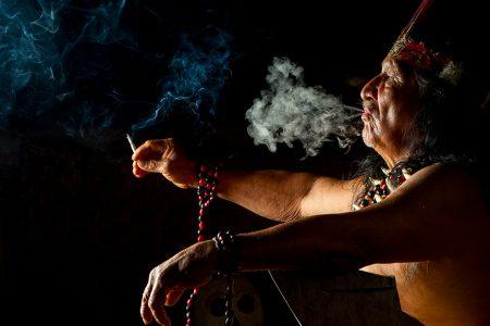 Amazonie équatorienne, homme qui fume