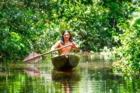 canoé indigène en Amazonie
