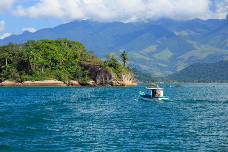 bateau dans la baie de Paraty