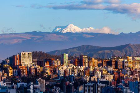 volcan Antisana en arrière plan de Quito