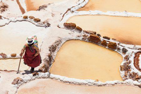 femme dans les salines de Maras
