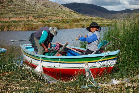 un pêcheurs et son fils sur le lac Titicaca